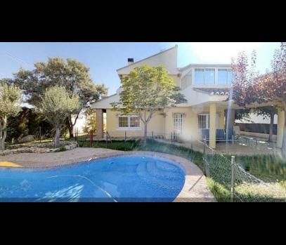 Сдается семейный коттедж с бассейном в пригороде Валенсии