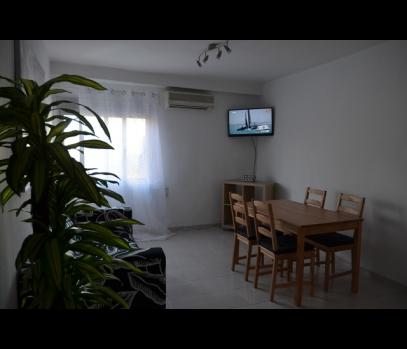 Трехкомнатная квартира с мебелью рядом с городским пляжем