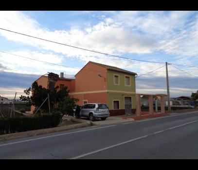 Продажа загородного дома с участком земли в Валенсии